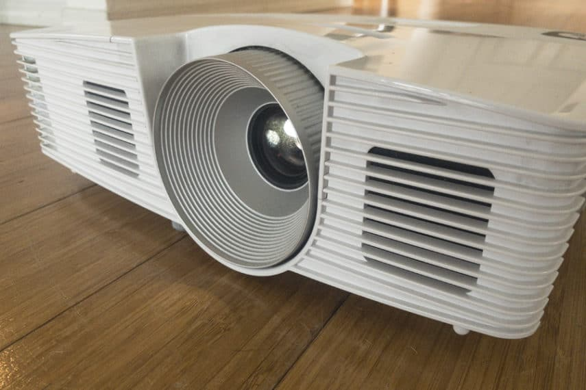How to Adjust the Image On a Projector - Featured Image